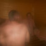 3 hübsche Mädchen in der Sauna mit zwei Jungs