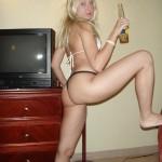 Junge Blondine fickt im Urlaub