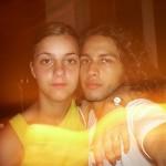 Junges Paar zeigt heiße Fotos