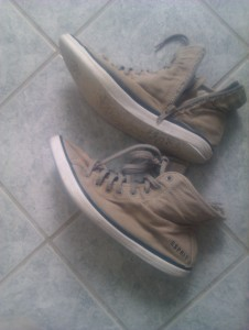 Schuhe im Mülleimer