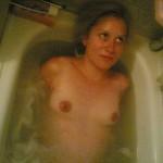Nacktes Mädel badet