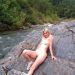 Blondes Mädel spreizt überall ihre Scheide